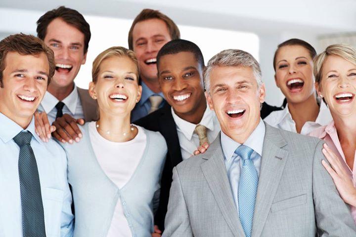 pessoas felizes reunidas