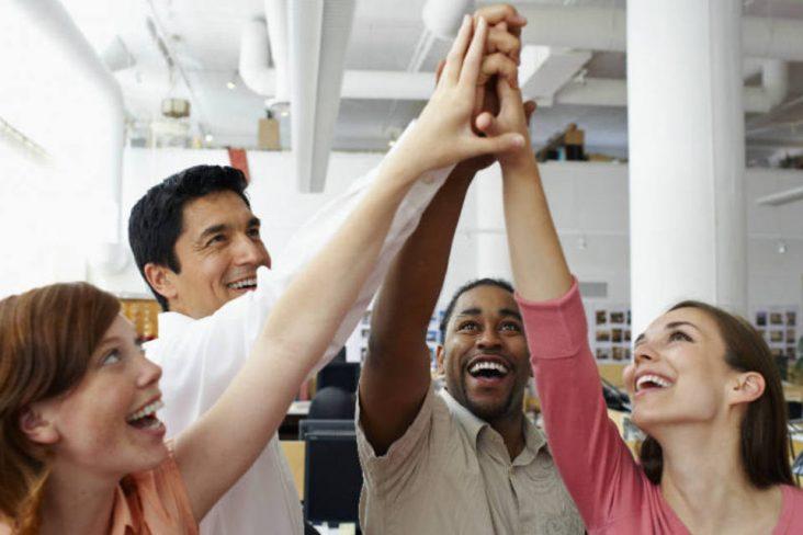 pessoas felizes no trabalho